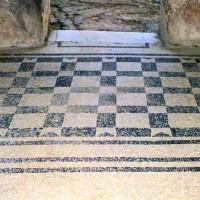 Esempio di pavimento a mosaico con tessere bianche e nere. Terme del foro, Ercolano.