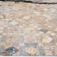 Esempi di pavimenti con decorazioni in marmo (opus sectile). Casa degli Affreschi, Luni.