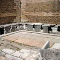 Esempio di latrina romana, Ostia Antica.