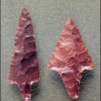 Buca delle Fate. Punte di freccia in diaspro rosso da sepolture di età neolitica.
