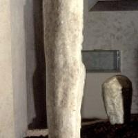 Cippo di marmo a clava.